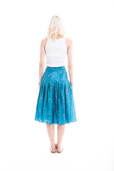 Φούστα από μεταξωτό ύφασμα, midi, σε στυλ 50s, σε εντονο μπλε χρώμα με ασπρο λουλούδι στο ντεσεν. Βραδινή