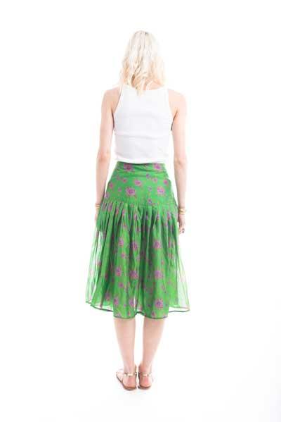 Φούστα από μεταξωτό ύφασμα, midi, σε στυλ 50s, σε πράσινο χρώμα με ροζ λουλούδια στο ντεσέν. Ελαφρώς πλισέ.